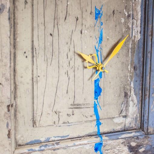 repurposed-barn-door-clock-zoom