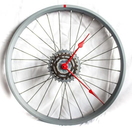repurposed-bike-wheel-clock-gray-red-main