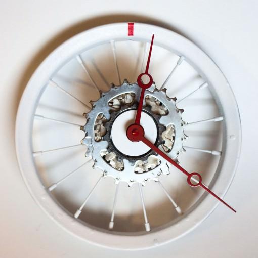 repurposed-childrens-bike-wheel-clock-white-red