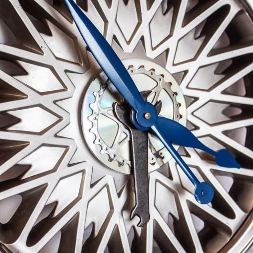 Repurposed-Chrysler-Hubcap-Clock-angle