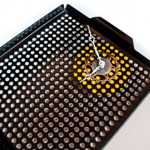 Repurposed-Grill-Pan-Clock-angle