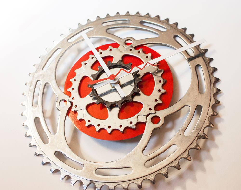 Repurposed-Large-Rear-Bike-Sprocket-Clock-Red-White-tilt